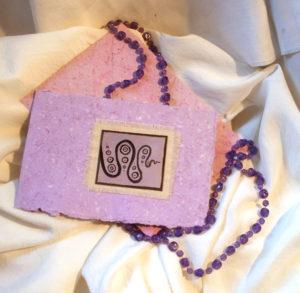fialové příní s obálkou